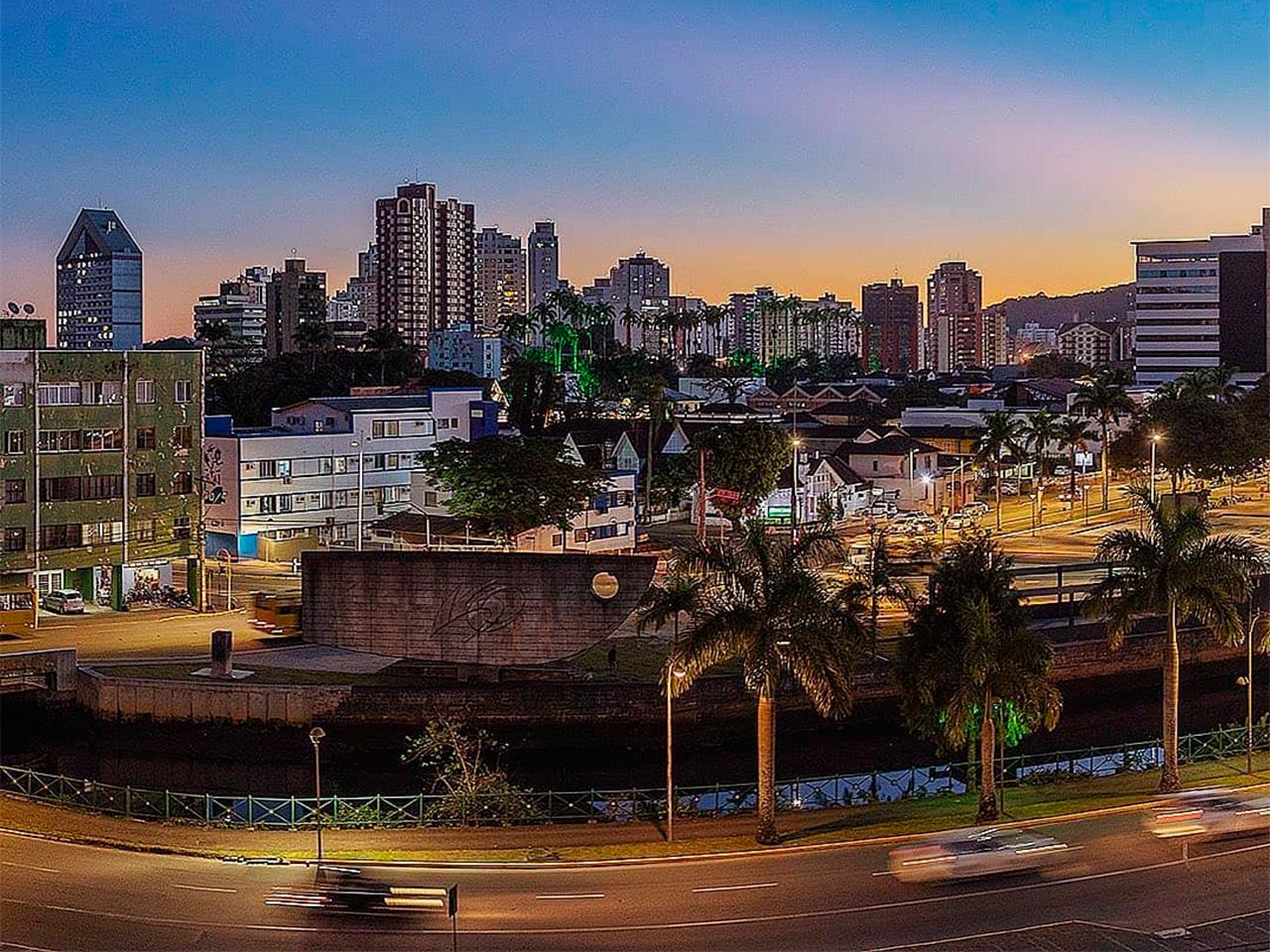 Vista da cidade de Joinville no entardecer de uma noite de outono (Photo by @alexandreviebrantz)